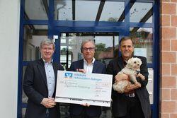 Dr. Maser übergibt Scheck mit 1000 euro